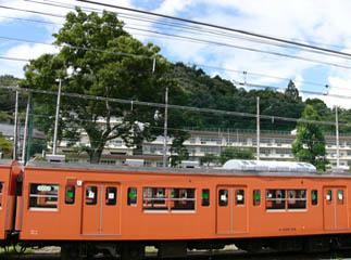 夏の青梅駅から小学校を望む