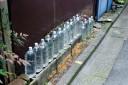ペットボトルが主張する。我々はペンキよりも古参なのだと